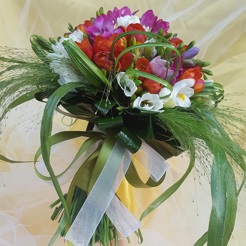 15€ - Bouquet floreale con due tipologie di fiori di stagione a scelta e confezionamento in tema