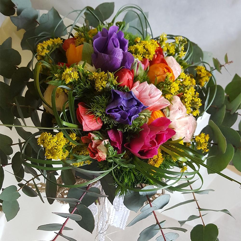 25€ - Bouquet floreale con tre tipologie di fiori a scelta e confezionamento in tema